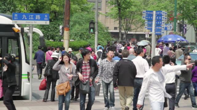 vidéos et rushes de ms shot of pedestrians / shanghai, china - panneau de rue