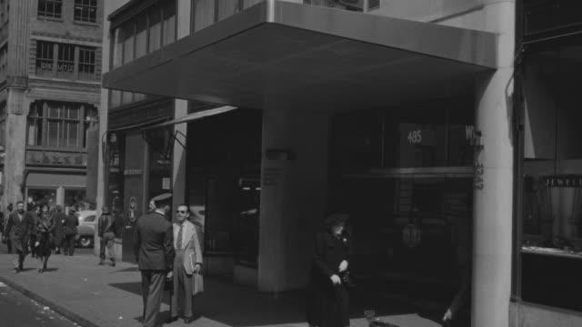 stockvideo's en b-roll-footage met ms td shot of pedestrians walking to front of cbs building in new york city - hoofdkantoor