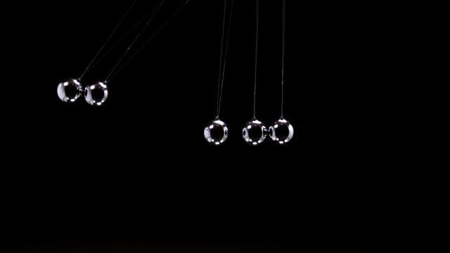 stockvideo's en b-roll-footage met ms slo mo shot of pendulum, newton's cradle, one ball hits another / calvados, normandy, france - slinger van newton