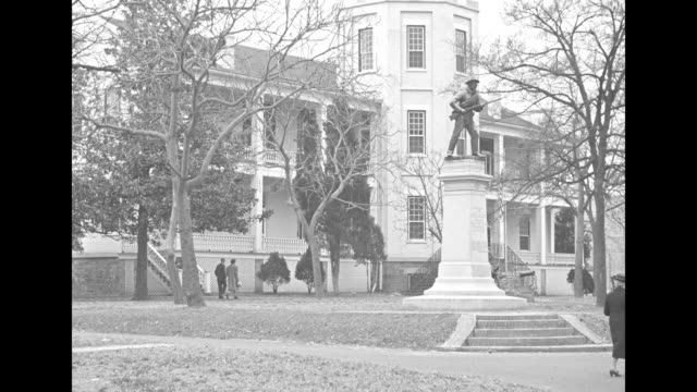 vídeos y material grabado en eventos de stock de shot of people and traffic on main street / cu portrait of macarthur / shot of exterior of macarthur's home statue on pedestal in front yard / two... - general macarthur