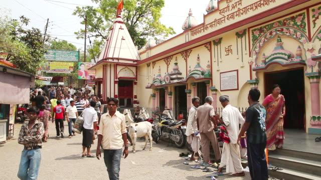 vídeos de stock, filmes e b-roll de ms pan shot of people at temple / rishikesh, uttarakhand, india - rishikesh