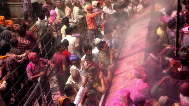 vídeos y material grabado en eventos de stock de ms shot of people celebrating holi festival at banke bihari temple at vrindavan / mathura, uttar pradesh, india - vrindavan