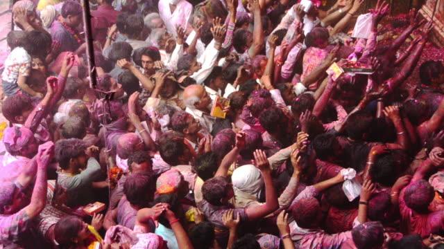 ms shot of people celebrating holi festival at banke bihari temple, vrindavan / mathura, uttar pradesh, india - 大人数点の映像素材/bロール