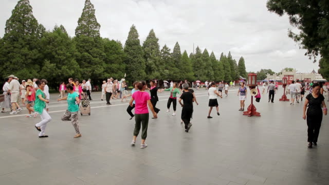 vidéos et rushes de ms shot of people dancing near temple of heaven park / beijing, china - temple du ciel