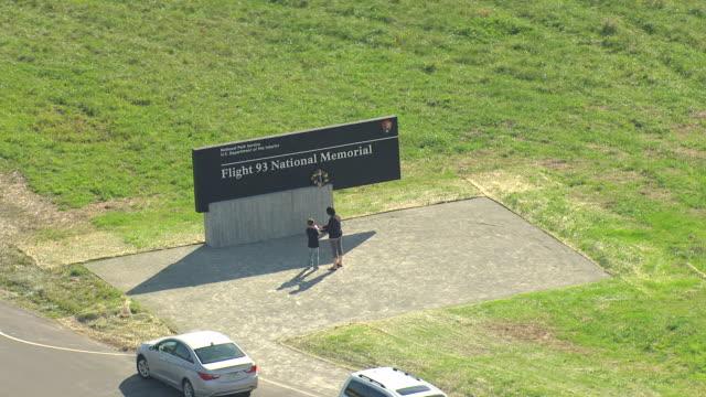 vídeos de stock, filmes e b-roll de ms aerial shot of people enjoying at circle around flight 93 national memorial / pennsylvania, united states - monumento comemorativo