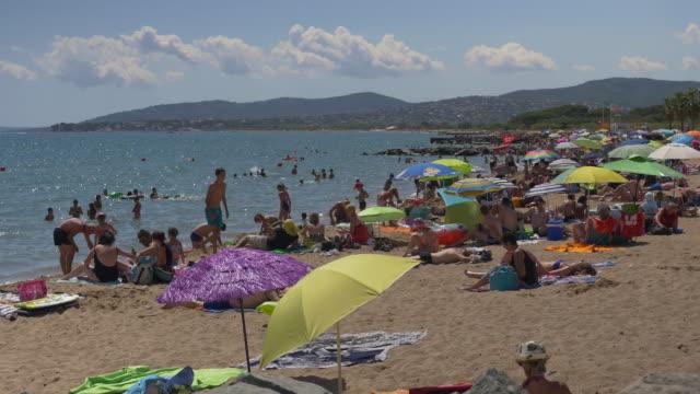 Photo de personnes profitant de la plage.