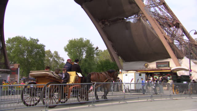 vidéos et rushes de ms ts shot of people enjoying horse wagon at eiffel tower / paris, france - animaux au travail