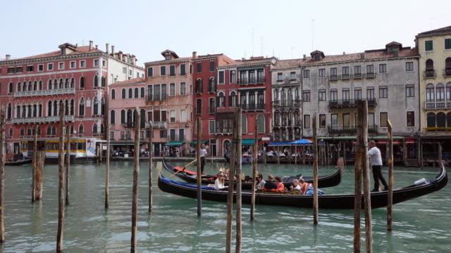 vídeos y material grabado en eventos de stock de ws shot of people enjoying journey in gondolas at canal grande at rialto / venice, veneto, italy - puente de rialto