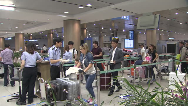 vídeos de stock, filmes e b-roll de shot of people in a row for customs declaration and checker at incheon international airport - bagagem