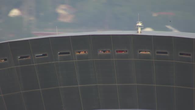 ms aerial zi shot of people looking out windows in gateway arch / st louis, missouri, united states - jefferson national expansion memorial park bildbanksvideor och videomaterial från bakom kulisserna