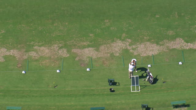 vídeos de stock, filmes e b-roll de ms aerial shot of people playing golf / sao paulo, brazil - bolsa de golfe