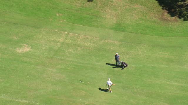 vídeos de stock, filmes e b-roll de ms aerial shot of people playing on golf / sao paulo, brazil - bolsa de golfe