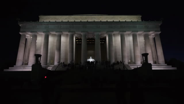 stockvideo's en b-roll-footage met ws shot of people roaming and taking picture at lincoln memorial at night / washington, district of columbia, united states - mannelijke gelijkenis