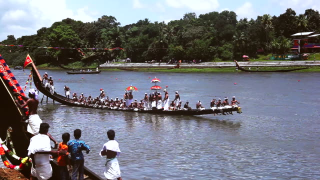 ms ts shot of people rowing snake boat in race during onam festival / aranmula, kerala, india - galeere stock-videos und b-roll-filmmaterial