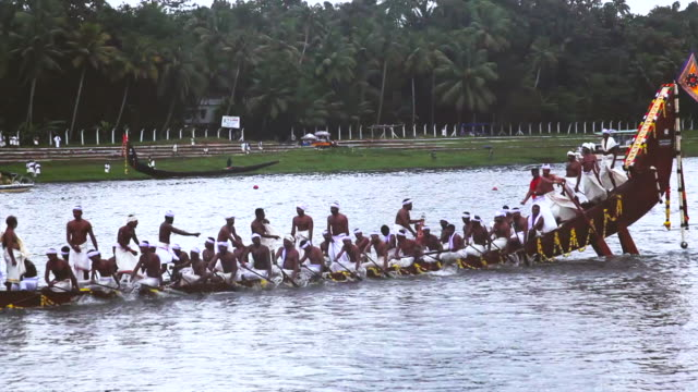 ms pan shot of people rowing snake boat in race during onam festival / aranmula, kerala, india - galeere stock-videos und b-roll-filmmaterial