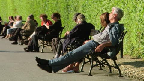 vidéos et rushes de ms shot of people sat on benches at belvedere palace / vienna, austria - palais du belvédère vienne