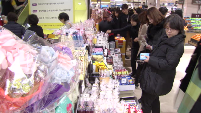MS T/L Shot of People shopping Chocolate at department store for Valentine's Day / Seoul, Seoul, South Korea