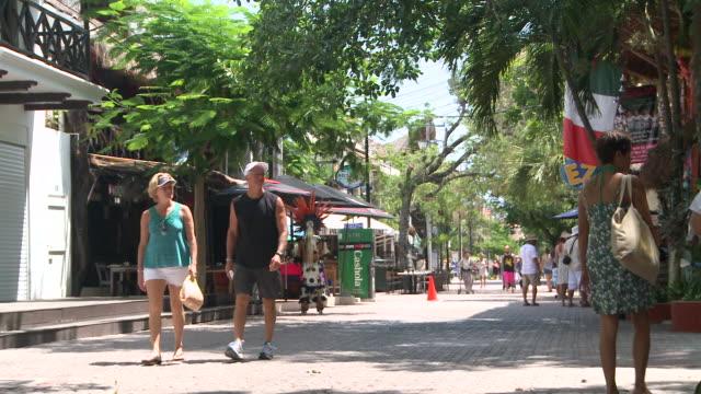vídeos y material grabado en eventos de stock de ms shot of people strolling on 5th avenue / playa del carmen, quintana roo, mexico - playa del carmen
