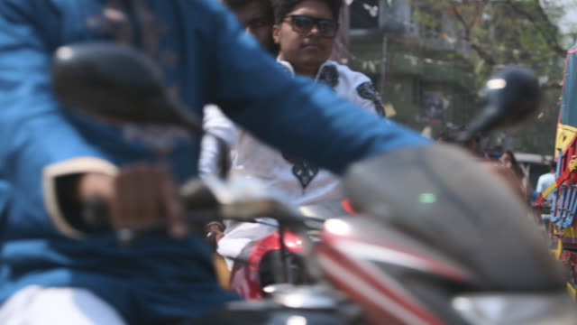shot of people travelling along a busy street in dhaka, bangladesh. - dhaka stock-videos und b-roll-filmmaterial