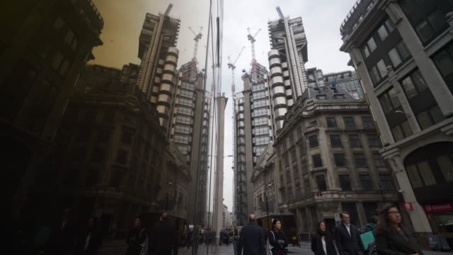 shot of people walking along lime street in the city of london. - gru video stock e b–roll
