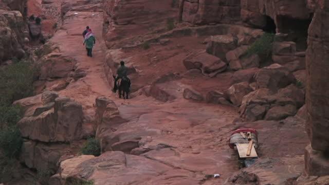 vídeos de stock e filmes b-roll de ms shot of people walking at al khazneh / petra, jordan - petra