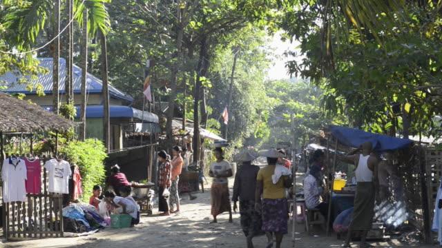ms shot of people walking on market day in fishing village / ngapali, rakhine state, myanmar - 熱帯気候点の映像素材/bロール