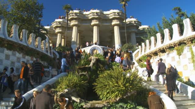 vidéos et rushes de ms tu shot of people walking on stairs of guell park entrance / barcelona, catalonia, spain - tourist