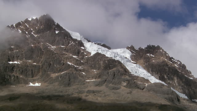 ms shot of peruvian glacier, willkanuta mountain range/ cusco, peru - mountain range stock videos & royalty-free footage