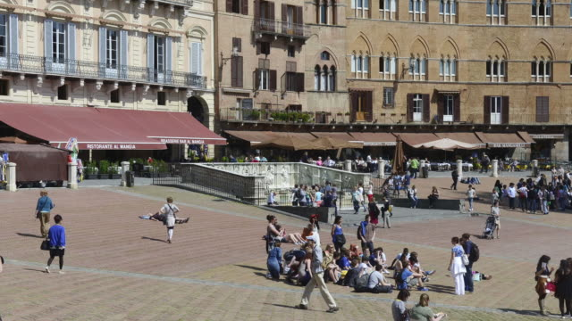 ms t/l shot of piazza del campo and fonte gaia well / siena, tuscany, italy - piazza del campo stock videos and b-roll footage