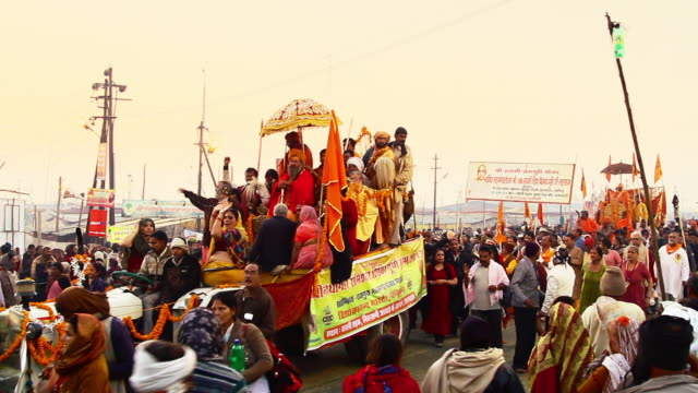 ms shot of pilgrims in kumbh mela / allahabad, uttar pradesh, india - gemeinsam gehen stock-videos und b-roll-filmmaterial