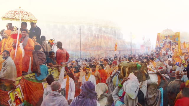 ms t/l shot of pilgrims in kumbh mela / allahabad, uttar pradesh, india - pellegrino video stock e b–roll