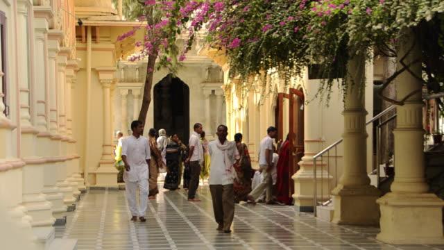 vídeos y material grabado en eventos de stock de ms shot of pilgrims in temple at vrindavan / mathura, uttar pradesh, india - vrindavan