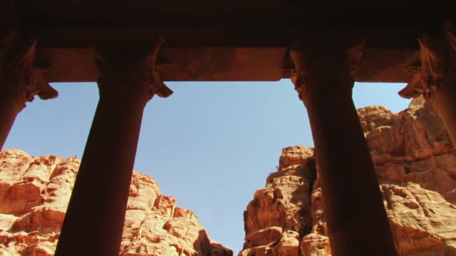 vídeos de stock e filmes b-roll de ms la shot of pillar at al khazneh / petra, jordan - petra
