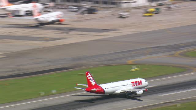 vídeos de stock, filmes e b-roll de ms aerial ts zo shot of plane taking off / sao paulo, brazil - formato de alta definição
