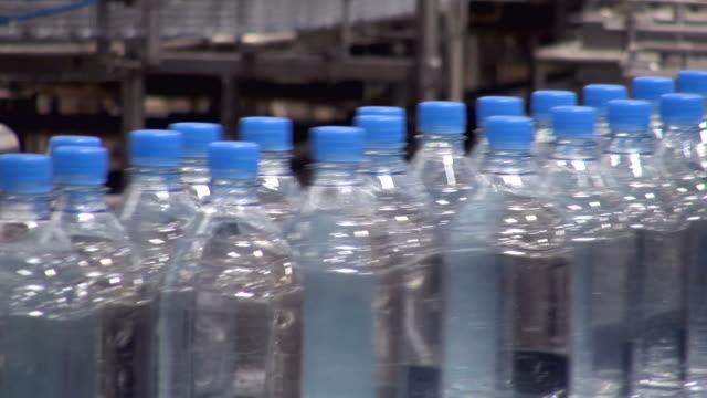 vidéos et rushes de cu shot of plastic bottle moving in bottling plant at beverage industry / gerolstein, rhineland palatinate, germany  - bouteille