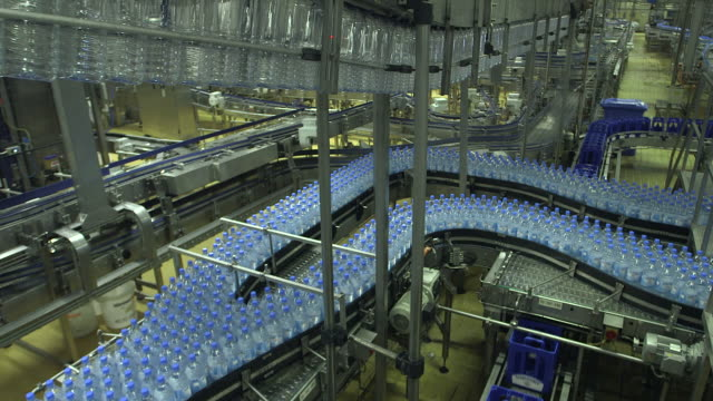 vídeos y material grabado en eventos de stock de ms shot of plastic bottle moving in bottling plant at beverage industry / gerolstein, rhineland palatinate, germany  - abundancia