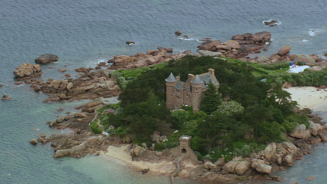 ms aerial zo shot of ploumanach / brittany, france - ブルターニュ点の映像素材/bロール