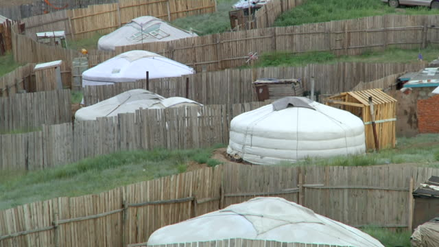 ms shot of poor houses on outskirts / ulaan baatar, tuv, mongolia - mongoliet bildbanksvideor och videomaterial från bakom kulisserna
