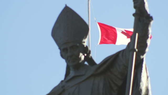 ms shot of pope statue with canadian flag / quebec, canada - kanadische flagge stock-videos und b-roll-filmmaterial