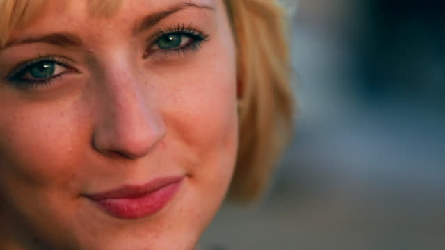 vidéos et rushes de cu slo mo shot of portrait of young woman / venice, california, united states  - yeux bleus
