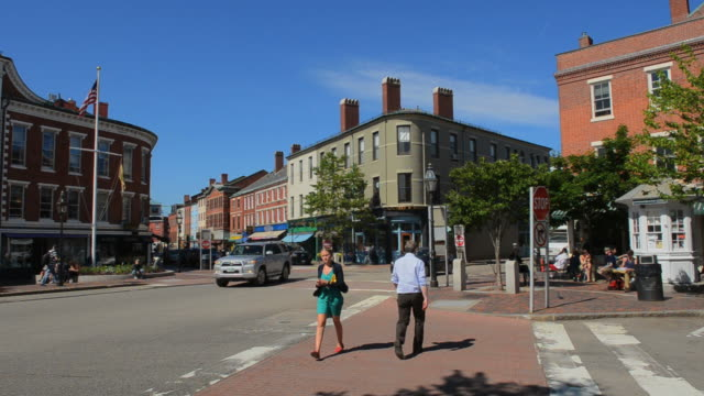 stockvideo's en b-roll-footage met ms shot of portsmouth new hampshire main centre square with cars and traffic in city center / portsmouth, new hampshire, united states - new hampshire