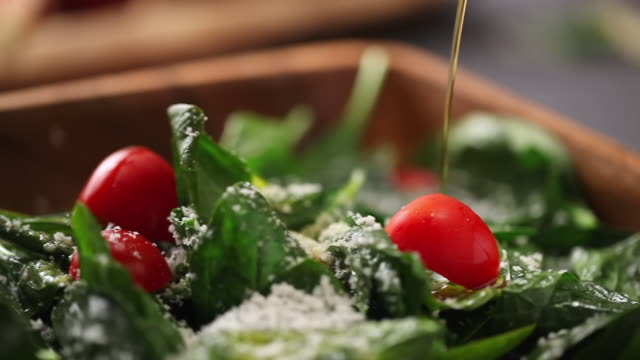 stockvideo's en b-roll-footage met cu r/f shot of pouring olive oil on salad / seoul, south korea - gezonde voeding