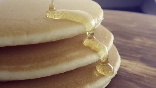 vidéos et rushes de ecu slo mo shot of pouring syrup on pancakes / seoul, south korea - dessert