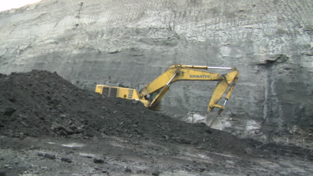 ms shot of power shovel moving coal at mine / andorra, teruel, spain - scooping stock videos & royalty-free footage