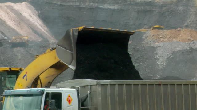 vídeos y material grabado en eventos de stock de ms shot of power shovel putting coal in truck / andorra, teruel, spain - comunidad autónoma de aragón