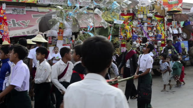 ms pan shot of procession at temple donation festival audio / nyaungshwe, inle lake, shan state, myanmar - myanmar stock-videos und b-roll-filmmaterial