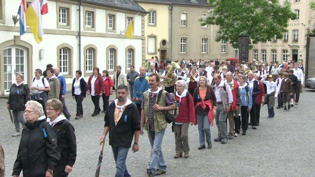 stockvideo's en b-roll-footage met ms shot of procession of echternach / echternach, echternach, luxembourg - in de rij staan
