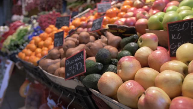 stockvideo's en b-roll-footage met shot of produce stalls in central market hall, budapest, hungary, europe - shaky