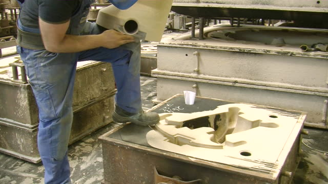 vidéos et rushes de ms shot of production hall at foundry, casting mold production / duisburg, north rhine westphalia, germany - lancer la ligne de canne à pêche