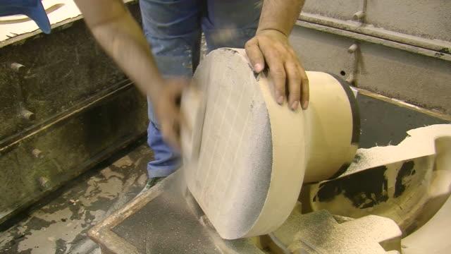 vidéos et rushes de cu shot of production hall at foundry, casting mold production / duisburg, north rhine westphalia, germany - lancer la ligne de canne à pêche